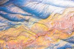Ζωηρόχρωμοι μωσαϊκά ή βράχοι - βαλμένα σε στρώσεις ιζηματώδη μεταλλεύματα στοκ εικόνες