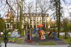 Ζωηρόχρωμοι ολισθαίνοντες ρυθμιστές στο όμορφο πάρκο Zavoi από Ramnicu Valcea σε μια ημέρα άνοιξη στοκ εικόνες