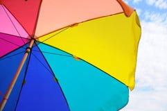 Ζωηρόχρωμοι ομπρέλα και ουρανός Στοκ Φωτογραφίες
