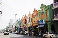 Ζωηρόχρωμοι παλαιοί πόλη κτηρίου και δρόμος κυκλοφορίας τοπίων του καπέλου Yai Στοκ φωτογραφίες με δικαίωμα ελεύθερης χρήσης