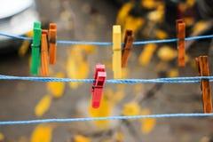 Ζωηρόχρωμοι συνδετήρες για το πλυντήριο πλύσης Στοκ Φωτογραφίες