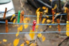 Ζωηρόχρωμοι συνδετήρες για το πλυντήριο πλύσης Στοκ Φωτογραφία