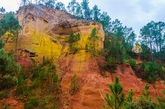 Ζωηρόχρωμοι σχηματισμοί βράχου στη Roussillon, Προβηγκία, Γαλλία Στοκ φωτογραφία με δικαίωμα ελεύθερης χρήσης