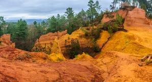 Ζωηρόχρωμοι σχηματισμοί βράχου στη Roussillon, Προβηγκία, Γαλλία Στοκ Φωτογραφία