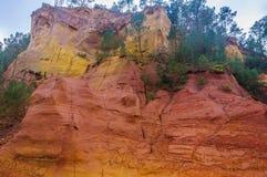 Ζωηρόχρωμοι σχηματισμοί βράχου στη Roussillon, Προβηγκία, Γαλλία Στοκ Εικόνα