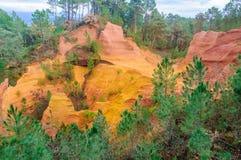 Ζωηρόχρωμοι σχηματισμοί βράχου στη Roussillon, Προβηγκία, Γαλλία Στοκ εικόνα με δικαίωμα ελεύθερης χρήσης