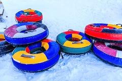 Ζωηρόχρωμοι σωλήνες στο χιόνι Στοκ εικόνες με δικαίωμα ελεύθερης χρήσης
