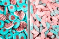 Ζωηρόχρωμοι lollipops και διαφορετικός που χρωματίζονται γύρω από την καραμέλα r στοκ εικόνες με δικαίωμα ελεύθερης χρήσης