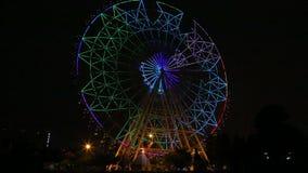 Ζωηρόχρωμος ένας ελαφρύς ροδών Ferris παρουσιάζει στον κινηματογράφο πάρκων παιδιών απόθεμα βίντεο