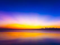 Ζωηρόχρωμος ήλιος που τίθεται στον ουρανό βραδιού Στοκ φωτογραφίες με δικαίωμα ελεύθερης χρήσης