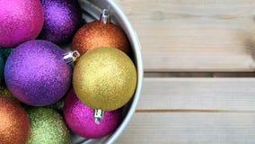 Ζωηρόχρωμος ακτινοβολήστε σφαίρες Χριστουγέννων, υπόβαθρο Χριστουγέννων και διάστημα κειμένων Στοκ Εικόνα
