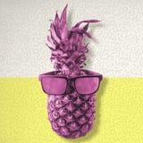 Ζωηρόχρωμος ανανάς που φορά τα αναδρομικά θερινά γυαλιά ηλίου στοκ εικόνες