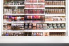 Ζωηρόχρωμος αποτελέστε το ράφι στο μαγαζί λιανικής πώλησης που θολώνεται στο υπόβαθρο στοκ εικόνες με δικαίωμα ελεύθερης χρήσης