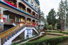 Ζωηρόχρωμος εσωτερικός θαλαμίσκος με τον κήπο του μοναστηριού Rumtek το χειμώνα κοντά σε Gangtok Sikkim, Ινδία στοκ εικόνες με δικαίωμα ελεύθερης χρήσης