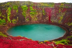 Ζωηρόχρωμος ηφαιστειακός κρατήρας που γεμίζουν με το μπλε νερό, Ισλανδία στοκ εικόνα με δικαίωμα ελεύθερης χρήσης