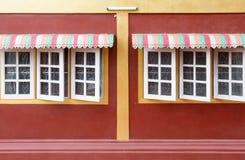 Ζωηρόχρωμος θόλος μετάλλων στο ξύλινο παράθυρο στοκ εικόνες