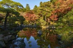 Ζωηρόχρωμος ιαπωνικός κήπος Ginkaku-ginkaku-ji στο ναό Κιότο κατά τη διάρκεια του ηλιοβασιλέματος στην εποχή φθινοπώρου Στοκ φωτογραφία με δικαίωμα ελεύθερης χρήσης