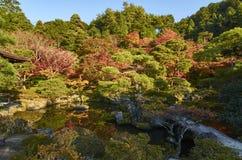 Ζωηρόχρωμος ιαπωνικός κήπος Ginkaku-ginkaku-ji στο ναό Κιότο κατά τη διάρκεια του ηλιοβασιλέματος στην εποχή φθινοπώρου Στοκ φωτογραφίες με δικαίωμα ελεύθερης χρήσης
