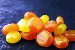 ζωηρόχρωμος καρπός καραμελών μικτός bonbon κίτρινος και πορτοκαλής Στοκ εικόνα με δικαίωμα ελεύθερης χρήσης