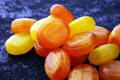 ζωηρόχρωμος καρπός καραμελών μικτός bonbon κίτρινος και πορτοκαλής Στοκ φωτογραφίες με δικαίωμα ελεύθερης χρήσης