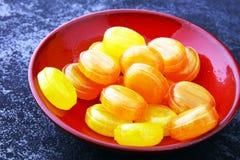 ζωηρόχρωμος καρπός καραμελών μικτός bonbon κίτρινος και πορτοκαλής Στοκ φωτογραφία με δικαίωμα ελεύθερης χρήσης