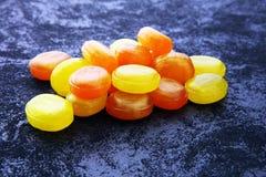 ζωηρόχρωμος καρπός καραμελών μικτός bonbon κίτρινος και πορτοκαλής Στοκ Εικόνες