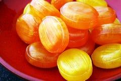 ζωηρόχρωμος καρπός καραμελών μικτός bonbon κίτρινος και πορτοκαλής Στοκ εικόνες με δικαίωμα ελεύθερης χρήσης