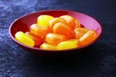 ζωηρόχρωμος καρπός καραμελών μικτός bonbon κίτρινος και πορτοκαλής Στοκ Φωτογραφία