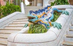 Ζωηρόχρωμος κεραμικός δράκος μωσαϊκών στο πάρκο Guel Στοκ Φωτογραφίες