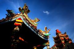 Ζωηρόχρωμος κινεζικός βουδιστικός ναός με το μπλε ουρανό στην Ταϊλάνδη Στοκ εικόνα με δικαίωμα ελεύθερης χρήσης
