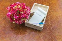 Ζωηρόχρωμος ναυτικός Drunen λουλουδιών στη σημείωση βάζων και εγγράφου με τη λέξη Ι Στοκ Φωτογραφίες