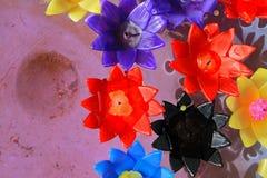 Ζωηρόχρωμος να επιπλεύσει κεριών λουλουδιών Στοκ Φωτογραφία