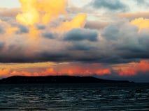 Ζωηρόχρωμος ουρανός βραδιού πέρα από τον κόλπο του Δουβλίνου στοκ φωτογραφία