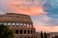 Ζωηρόχρωμος ουρανός ηλιοβασιλέματος πέρα από το Coliseum στη Ρώμη Στοκ Φωτογραφία