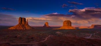 Ζωηρόχρωμος ουρανός ηλιοβασιλέματος της Αριζόνα κοιλάδων μνημείων στοκ εικόνα