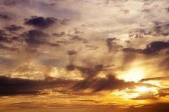 Ζωηρόχρωμος ουρανός ηλιοβασιλέματος Όμορφος πορτοκαλής ουρανός ηλιοβασιλέματος Στοκ Φωτογραφίες