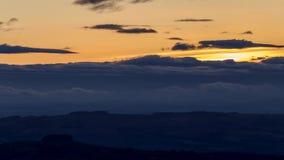Ζωηρόχρωμος ουρανός λυκόφατος πέρα από τη λοφώδη επαρχία απόθεμα βίντεο