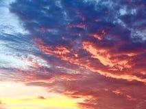 Ζωηρόχρωμος ουρανός με τα σύννεφα στο ηλιοβασίλεμα στοκ εικόνες