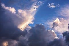 Ζωηρόχρωμος ουρανός με τα σύννεφα Στοκ εικόνα με δικαίωμα ελεύθερης χρήσης