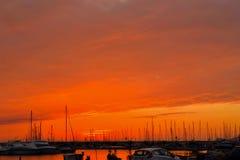 Ζωηρόχρωμος ουρανός στο ηλιοβασίλεμα πέρα από το λιμάνι Alghero Στοκ φωτογραφία με δικαίωμα ελεύθερης χρήσης