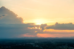 ζωηρόχρωμος ουρανός στο υπόβαθρο ηλιοβασιλέματος Στοκ φωτογραφία με δικαίωμα ελεύθερης χρήσης