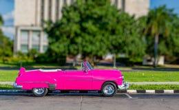 Ζωηρόχρωμος, παλαιός, παλαιός, καμένος πέρα από το όχημα που μοιάζει με το αμερικανικό αυτοκίνητο του 1950 στην Αβάνα, Κούβα Στοκ Φωτογραφία