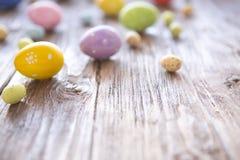 Ζωηρόχρωμος παλαιός ξύλινος πίνακας αυγών Πάσχας Στοκ Εικόνες