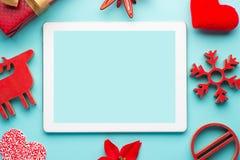 Ζωηρόχρωμος παραδοσιακός ελαιόπρινος Χριστουγέννων με με τα κόκκινα μούρα στην ξύλινη σύσταση grunge των παλαιών ξεπερασμένων πιν στοκ εικόνες με δικαίωμα ελεύθερης χρήσης