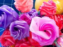 Ζωηρόχρωμος πλαστός αυξήθηκε λουλούδια Στοκ Φωτογραφίες