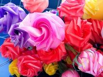 Ζωηρόχρωμος πλαστός αυξήθηκε λουλούδια Στοκ φωτογραφία με δικαίωμα ελεύθερης χρήσης