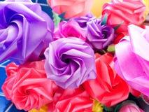 Ζωηρόχρωμος πλαστός αυξήθηκε λουλούδια Στοκ Εικόνες