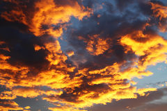 Ζωηρόχρωμος πορτοκαλής και μπλε δραματικός ουρανός Στοκ φωτογραφίες με δικαίωμα ελεύθερης χρήσης