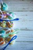 Ζωηρόχρωμος που ψήνεται cakepops στο άσπρο ξύλινο υπόβαθρο Στοκ εικόνες με δικαίωμα ελεύθερης χρήσης