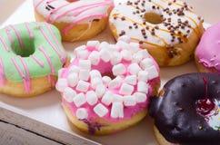 Ζωηρόχρωμος που ψήνεται donuts Στοκ φωτογραφίες με δικαίωμα ελεύθερης χρήσης